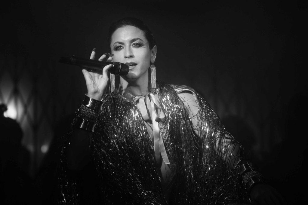Jesuíta Barbosa como Shakira | foto Raquel Cunha/TV Globo